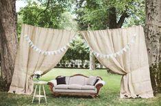 Un bonito paisaje, un sofá de época y un par de cortinas, dan lugar a un original photocall