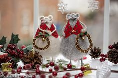 Christmas Mouse Doll-Rat with Wreath-Knitted Rat/Mouse-Christmas Ornament-Xmas Decoration-Festive Home Decor-Soft Toy-Winter Wonderland-UK