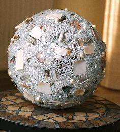 Leucht- oder Dekokugel (18 cm, gold oder silber). Die einzelnen Materialien wie Crackle-Mosaik, Perlen, Glasnuggets, weißes Perlmutt sowie hochwertiges Abalone Perlmutt, wurden einzeln mit der Pinzette auf die Acrylkugel aufgebracht. Falls die Kugel ausschließlich als Deko-Objekt verwandt wird, schimmert und funkelt das Material herrlich bei Tageslicht. Sie wurden  veröffentlicht in http://sara-artstudio.blogspot.ch/p/my-wish-list.html und Gewinner mit den meisten Stimmen.