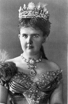 Dutch royal family collection.  Queen Emma's Diamond Parure, 1879 by Van Kempen.  Tiara with a laurel wreath base topped with large round sunbursts and large upright pearls, a diamond necklace containing the famous 17th century Holland or Stuart diamond (39,75 carats) and a diamond devant de corsage.   Worn first in 1882.  In 1897 it was sent to Schurmann (Frankfurt) to be remodelled into a new parure for the investiture of Queen Wilhemina