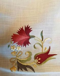 This post was discovered by Je Jacobean Embroidery, Gold Embroidery, Hand Embroidery Designs, Embroidery Applique, Embroidery Stitches, Brazilian Embroidery, Motif Floral, Embroidered Flowers, Needlework