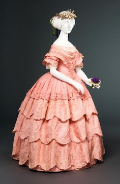 Shades of Victorian Fashion: Pretty in Century Pink Silk jacquard taffeta evening gown via FIDM. Vintage Outfits, Vintage Gowns, Vintage Mode, Victorian Gown, Victorian Fashion, Vintage Fashion, Victorian Gothic, Gothic Lolita, Antique Clothing