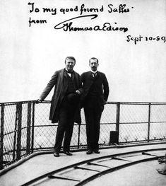 Edison (izquierda) De visita en París, el célebre inventor subió varias veces a la torre en 1889. Aquí aparece junto a Adolphe Salles, yerno de Eiffel.