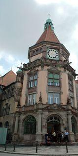 TribunalTémoin d'une administration allemande qui veut marquer sa présence par la construction de bâtiments prestigieux, le tribunal d'instance est construit entre 1899 et 1902 selon un plan en « V ».  Inspiré du gothique tardif et du style renaissance, présentant une profusion florale et bestiaire, il revêt un caractère rare en Alsace.