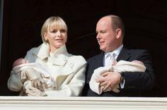 Fürst Albert + Fürstin Charlène: Januar 2015 Endlich zu viert! Das Fürstenpaar zeigt sich strahlend mit Jacques und Gabriella auf dem Arm bei der offiziellen Vorstellung der Zwillinge auf dem Palastbalkon.