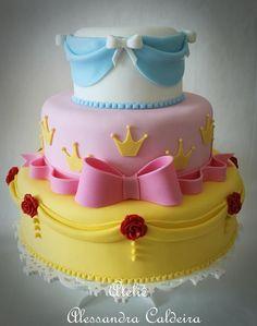 Bolo de aniversário decorativo para festa das princesas