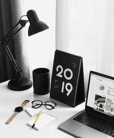 Design and Inspiration Magazine Office Setup, Desk Setup, Office Decor, Home Office, Kalender Design, Creative Calendar, Dream Desk, Desk Inspo, Desk Calendars
