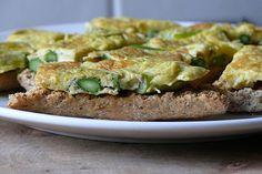 Elaboramos una tortilla de espárragos, una receta fácil, rápida y saludable. Solo nos harán falta cuatro ingredientes: huevos, espárragos, aceite y sal