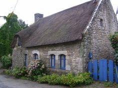 Maison en pierres et toiture de chaume sur l'île aux Moines. Golfe du Morbihan, Bretagne.