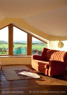 Una casa de cob, balas de paja y madera con borde natural en el condado de Sligo, Irlanda.