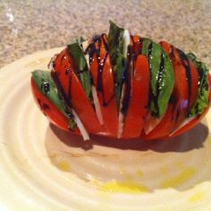 I love Caprese Salads. What a cute idea Tomato Salad, Caprese Salad, New Years Party, Ratatouille, Main Meals, Bon Appetit, Healthy Eats, Nom Nom, Salads