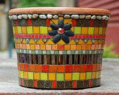 Fun use of colors and media Mosaic Planters, Mosaic Garden Art, Mosaic Vase, Mosaic Flower Pots, Mosaic Diy, Mosaic Crafts, Mosaic Projects, Mosaic Tiles, Mosaic Madness