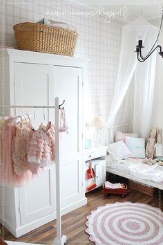 vaaterekki, itsetehty vaaterekki, vaaterekki diy, maalaisromanttinen koti, itse tehty vaatekaappi, nikkarointi, lastenhuone, tytönhuoneen sisustus