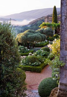 La Carmejane in Luberon, Provence, France. Eagles nest garden in Luberon. Formal Gardens, Outdoor Gardens, Beautiful Landscapes, Beautiful Gardens, Provence Garden, Provence France, Mediterranean Garden Design, The Secret Garden, Parcs
