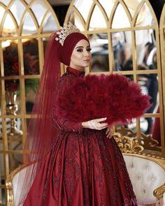 Görüntünün olası içeriği: 1 kişi, ayakta – T-Shirts & Sweaters Turkish Wedding Dress, Muslim Wedding Gown, Muslimah Wedding Dress, Muslim Wedding Dresses, Muslim Brides, Muslim Dress, Saree Wedding, Bridal Dresses, Wedding Gowns