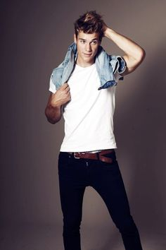Rockin' the basics: white tshirt, skinny jeans, brown belt