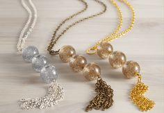 Chic, un collier doré express Une très belle idée qui fait beaucoup d'effet, idéale à offrir à Noël : ce sautoir façon pompon, à moduler en fonction de la couleur de la chaîne et des perles choisies. Suivez nos explications pour le réaliser facilement. Chic, un collier doré express