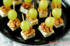 Канапе с сыром, сладким виноградом и ядрами грецкого ореха