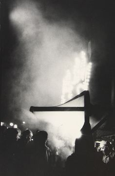 Though he was famed for his color photography, Saul Leiter's earliest work was in black-and-white, and just as personal and powerful as his later images. Saul Leiter, Dark Photography, Black And White Photography, Street Photography, William Eggleston, Pittsburgh, New York City, Ghost In The Machine, New York School