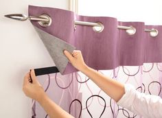 Cortinas con recogedores en tiras Curtains with strippers Curtain plank foundMolded curtain-grain arFabric curtain panel Home Curtains, Curtains With Blinds, Kitchen Curtains, Window Curtains, Sewing Curtains, Custom Curtains, Curtain Patterns, Curtain Designs, Window Coverings