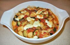 Gnocchi with Tomatoes and Courgette Gnocchi Dishes, How To Cook Gnocchi, Baked Gnocchi, Party Catering, Italian Dishes, Vegetarian Cheese, Antipasto, Food And Drink, Veggies
