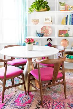 30 Round Dining Tables For Every Budget We've found 30 round dining tables for every budget from modern to bohemian so that you can find the perfect one for your small dining room. - 30 round dining tables for every budget! / via Studio DIY! Dining Room Furniture Design, Dining Room Paint, Dining Room Colors, Outdoor Dining Furniture, Dining Room Table, Eclectic Dining Rooms, Console Tables, West Elm Dining Chairs, Dining Room Office