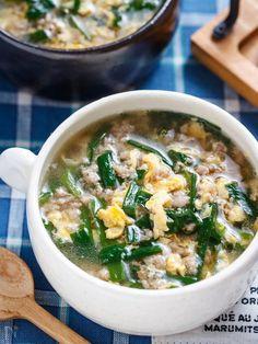 ニラ玉といえば、定番中の定番料理ですが、今回は、寒い季節向けにとろみのついたスープに♡ 作り方は、とっても簡単で、お鍋に材料を入れてサッと煮、とろみがついたら溶いた卵を回し入れるだけ♪しかも、ひき肉に片栗粉を揉み込むのでとろみづけが不要! 手軽にできる割に、栄養も旨味も満点でボリュームもたっぷり♡また、緑と黄色のコントラストが綺麗で、食卓を華やかにしてくれますよ♪ Soup Recipes, Diet Recipes, Cooking Recipes, Healthy Recipes, Japenese Food, Asian Recipes, Ethnic Recipes, Japanese Dishes, Easy Cooking