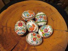 Prekrásne veľkonočné kraslice v tradičným ľudovým motívom. Autorka: anka79. Veľká noc, veľkonočné dekorácie, vajíčka, vajcia, zdobenie. Artmama.sk