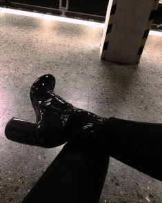 p i n t e r e s t (Shoe) love hurts High Heel Boots, Heeled Boots, Shoe Boots, High Heels, Shoes Heels, Pumps, Shoe Bag, Look Fashion, Fashion Shoes
