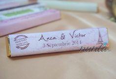 Marturie de nunta tableta de ciocolata, decorata cu o eticheta eleganta, in tematica Paris. Eticheta este roz, cu Turnul Eiffel si stampila. Eticheta se personalizeaza cu numele mirilor si data nuntii.
