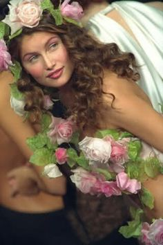 Laetitia Casta schließt die YSL Haute Couture Show 1999 ab. Laetitia Casta, Taurus, Ysl, Artistic Fashion Photography, Guess Girl, 90s Models, French Models, French Beauty, Famous Models