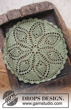Holiday Servings - Crochet doily for Christmas. The piece is worked in DROPS Belle. - Free pattern by DROPS Design Crochet Diy, Crochet Design, Crochet Dollies, Crochet Home Decor, Tatting Patterns Free, Crochet Doily Patterns, Knitting Patterns, Free Knitting, Drops Design
