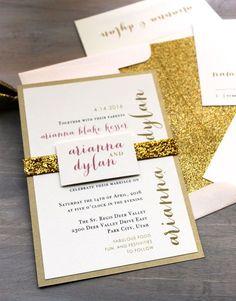 Las invitaciones llevan esos detalles tan brillantes de la mano del color dorado