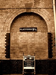 I want to go to London just so I can go to King's Cross Station and stand at Platform 9 :) They built this for Harry Potter fans to visit! Sightseeing London, London Travel, Oh The Places You'll Go, Places To Travel, Glacier Express, Voyage Europe, Things To Do In London, I Want To Travel, To Infinity And Beyond
