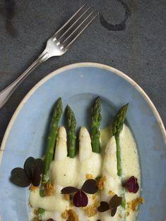 Hvide og grønne asparges med skummende hollandaise og sprødt kyllingeskind // White and green asparagus with a foamy hollandaise and crispy chicken skin #asparges #hollandaise