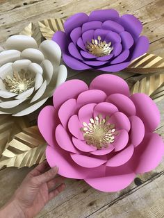 #paperflowerwall #paperflowers #paperflowerbackdrop Paper Flower Wall, Paper Flower Backdrop, Flower Wall Decor, Paper Flowers Wedding, Paper Flowers Diy, Diy Paper, Party Wall Decorations, Birthday Party Decorations, Wedding Decorations
