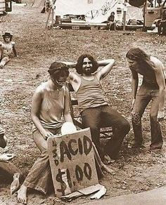 Found this photo searching through the gram . taken at a music festival back in the day. The guy in the middle cracks me up! Oh to go back in time and just experience the atmosphere and the people! Woodstock Hippies, 1969 Woodstock, Woodstock Music, Woodstock Festival, Hippie Vibes, Hippie Love, Valhalla, Emo, Le Vent Se Leve
