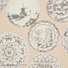 Papel Pintado Esseantially Yours 47523 con platos decorativos antiguos en tono rosa salmón.