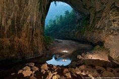 A natureza não cansa de nos surpreender e esse é mais um exemplo.Descoberta por um vietnamita local em 1991, as magníficas maravilhas da caverna Son Doong permaneceram ocultas durante muito tempo. A maior caverna do mundo está localizada noParque Nacional Phong Nha-Ke Bang, na província de Quang Binh no Vietnam, e tem mais de 200 metros de largura, 150 metros de altura, e aproximadamente 9 quilômetros de extensão,sendo capaz de acomodar até mesmo arranha-céus de 40 andares dentro. Dentro…