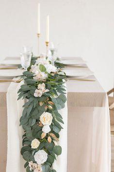 Olive Green Weddings, Emerald Green Weddings, Sage Green Wedding, Emerald Wedding Theme, Wedding Ideas Green, Green And White Wedding Flowers, Olive Wedding, Cool Wedding Ideas, Green Spring Wedding