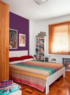 O quarto é pequeno, mas uma só parede pintada em cor forte dá uma vida...
