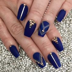 Short coffin nails are not less trendy or sophisticated than the long ones are. Just look at this nice set of manicure ideas. Your coffin shape nails will make everyone scream with jealousy! Royal Blue Nails, Dark Blue Nails, Navy Nails, Blue Acrylic Nails, Coffin Nails Matte, Coffin Shape Nails, Nails Shape, Blue Gold Nails, Matte Gold