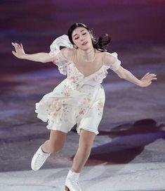 Kim Yuna, Human Poses, Figure Skating Dresses, Sports Stars, Korean Women, Ice Skating, Photo Poses, Skate, Flower Girl Dresses