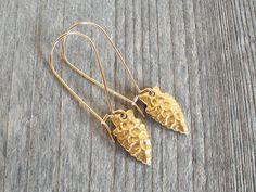 ▼▼ BRASS + GOLD ARROWHEAD TRIBAL EARRINGS // BOHO JEWELRY ▼▼    Bohemian perfection. Tribal style. Arrowhead pierced earrings with brass