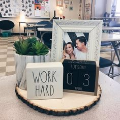 elementary classroom decor Excellent Classroom Decorating Ideas & Themes to Inspire You Classroom Desk, Middle School Classroom, Classroom Setting, Future Classroom, Classroom Themes, Highschool Classroom Decor, Classroom Objectives, English Classroom Decor, Modern Classroom