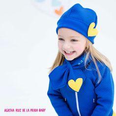 Protege a tu niña del frío con esta chaqueta acolchada y con su gorrito y bufanda a juego. #AgathaBaby.