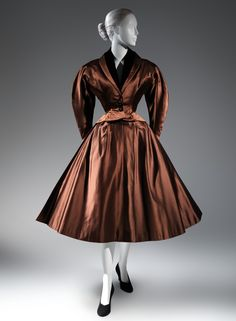 1950 Charles James dinner suit / Brooklyn Museum Costume Collection at The Metropolitan Museum of Art, Gift of the Brooklyn Museum, Gift of Muriel Bultman Francis, 1966 b) Vintage Fashion 1950s, Vintage Gowns, Vintage Couture, Mode Vintage, Vintage Outfits, Edwardian Fashion, Vintage Glam, Charles James, Vestidos Pin Up