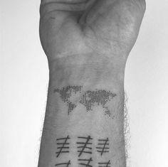 Guys, these tattoos are better than yours - TATTOO - Minimalist Tattoo Finger Tattoos, Body Art Tattoos, New Tattoos, Tattoos For Guys, Tattoo Guys, Tatoos, Cool Small Tattoos, Small Tattoo Designs, Armband Tattoos