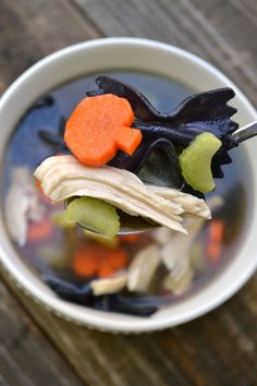 Chicken Boo-dle Soup - Morgan Manages Mommyhood Looking to fill your kiddos bellies with wholesome food before heading out to collect candy for Halloween? Bring the fun with this Chicken Boo-dle soup! Halloween Dinner, Halloween Food For Party, Halloween Kids, Chicken Halloween, Halloween With Toddlers, Halloween Food Recipes, Halloween Potluck Ideas, Scary Halloween Treats, Halloween Mural