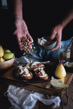 crostoni-al-mascarpone-crudo-e-pere-con-pistacchi-e-miele5
